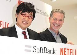 Netflix永久会員に認定された山里亮太と同社CEOのリード・ヘイスティングス氏