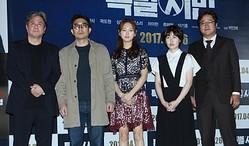 左からチェ・ミンシク、パク・インジェ監督、リュ・ヘヨン、シム・ウンギョン、クァク・ドウォン