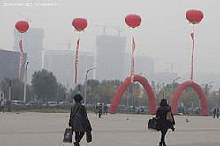 深刻な大気汚染が問題となっている中国でこのほど行われた環境関連フォーラムにおいて、専門家が「わが国のスモッグ天気は2030年まで続く可能性がある」との予測を示した。中国メディア・楚天金報が19日報じた。(編集担当:今関忠馬)(写真は「CNSPHOTO」提供、19日北京で撮影。)