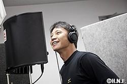 レコーディングを行う二岡智宏内野手