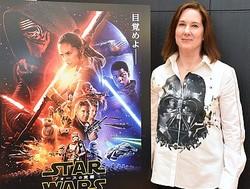 ダース・ベイダー柄のシャツ! 『スター・ウォーズ/フォースの覚醒』プロデューサーでルーカスフィルム代表のキャスリーン・ケネディ