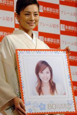 日本郵政公社の新商品「フレーム切手」を紹介する米倉涼子さん。(撮影:東雲吾衣)
