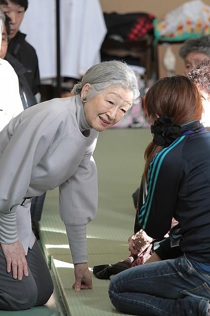 慰問を続けられる美智子さまの姿 被災者たちが語る慰問中に震度3の余震、そのとき美智子さまがとられた行動とは