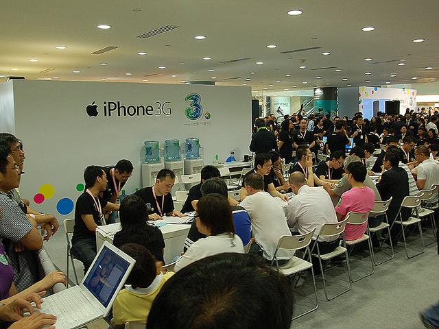 香港の昨年のiPhone販売初日の様子。SIMロック無しで他国より価格が高くとも大人気である