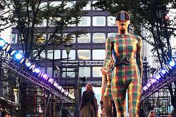 新宿で路上ファッションショー 伊勢丹チェックや家電もランウェイに