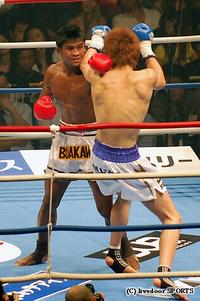 佐藤完敗!ブアカーオが準決勝へ/K-1 MAX