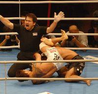 見事な関節技の連携で勝利を飾った須藤