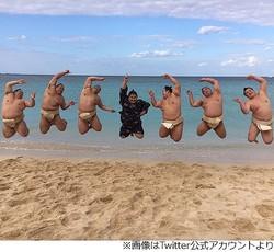 ビーチでジャンプする力士たちが話題に