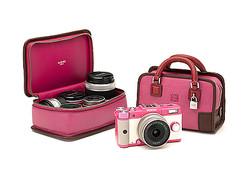 ロエベとPENTAXがコラボ デジタル一眼カメラ国内限定発売