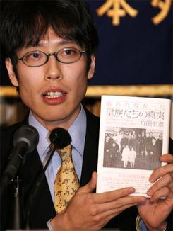 皇位継承などについて記した自身の著書を手に会見する竹田恒泰さん(撮影:吉川忠行)