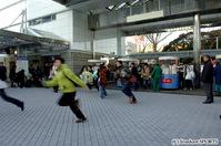警備員から何度も注意されるも目的地へ急ぐ競馬ファン(通常より10分早まって午前7時20分に開門)
