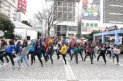 上陸直前アメリカン・イーグルが新宿でゲリラライブ 77名のダンサー登場