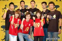 前列左から小林麻耶アナ、パックン、眞鍋かをり、後列左からバレーボール日本代表の越川優、山村宏太、斉藤信治、荻野正二、千葉進也