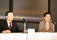 会見に臨んだ前田氏(左)とライブドア堀江社長