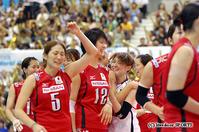 勝利を決める16点目を挙げた木村(中央)とチームメートに抱きついて喜ぶ菅山(右)