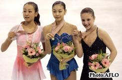 表彰台でメダルを授与された2位の浅田真央、優勝した金妍兒、3位のクリスティーン・ズコウスキの各選手