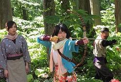 ユキでかした!! 桜井美南が弓矢で大活躍!  - (C)2016「彼岸島」製作委員会