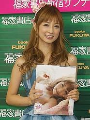 写真集「小倉優子 幸福論」を手に笑顔を見せる小倉優子さん