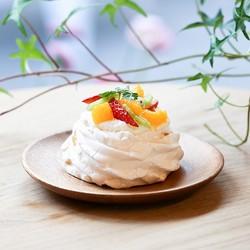 モジョコーヒーの新メニュー「パブロバ」(500円)。季節のフルーツを添えた、見た目華やかな甘さ控えめな大人のスイーツ