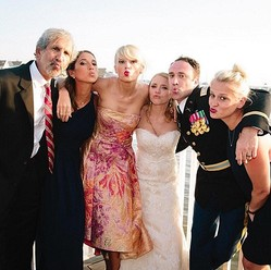 ファンの結婚式にも登場! テイラー・スウィフトのサプライズが