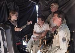キャストと話し合いをするアンジー『不屈の男 アンブロークン』撮影現場にて  - (C) 2014 UNIVERSAL STUDIOS
