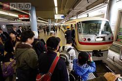 初代西武特急「レッドアロー」の塗色を再現した車両「レッドアロークラシック」で運行された、国分寺線初の特急電車(2015年3月21日、本川越駅で恵 知仁撮影)。
