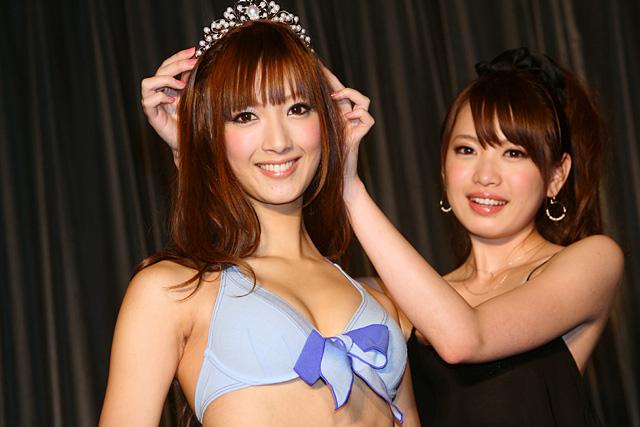 先代のイメージガール宮田聡子も会場に。戴冠式を行い、これからキャンペーン活動を行う菜々緒(写真左)へティアラを引き継いだ<br>(会場:東京・渋谷区、撮影:野原誠治)