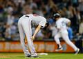 現地9月4日、ヤンキース・テシェイラに同点弾を打たれ、マウンド上でうなだれるレッドソックス上原浩治投手 [Getty Images]