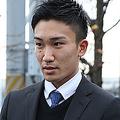 仕事を終えて寮に帰宅する桃田選手。真摯な態度で取材に応じた(直撃の模様は次ページに)