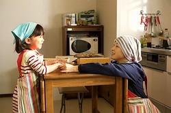 娘・はな(赤松えみな)の手を取り優しいまなざしを向ける千恵(広末涼子)  - (C) 2015「はなちゃんのみそ汁」フィルムパートナーズ