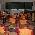 公立小学校の内部。よく見ると、教室前方にアップライトピアノが置いてあります。ということで、ここは音楽室。