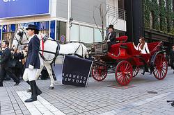 バーニーズニューヨーク新宿店が初の改装オープン 馬車で神田うの来店