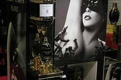 LADY GAGAの黒い香水原宿に世界初登場 発売初日300名が列