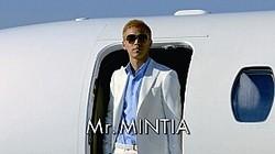プライベートジェットから登場する「Mr.MINTIA」こと本田選手