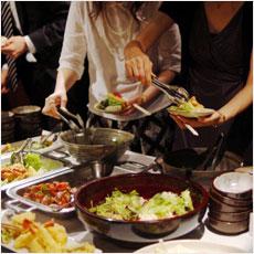 一つの皿にあれもこれもはマナー違反?食べ放題の心得とは