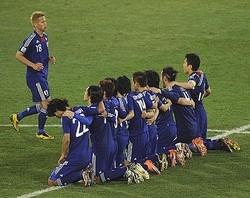 サッカーのFIFAワールドカップ(W杯)で、日本代表は29日夜(日本時間)に始まった対パラグアイ戦で、PK戦で敗北し、ベスト8進出は成らなかった。PK戦で、日本代表は手が空いた選手全員がひざまずき、勝利を祈った。