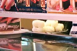 大手回転寿司チェーン店でネタだけを食べ、大量に残されたシャリ(目撃したお客さんが撮影)