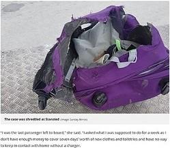ボロボロなったスーツケース(画像は『Mirror Online 2017年7月2日付「Teen left with nothing but the clothes she was standing in as Stansted airport shred case before Ryanair flight」(Image: Sunday Mirror)』のスクリーンショット)