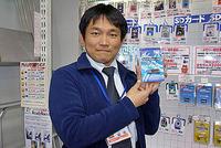 安価で信頼性が高いUSBフラッシュメモリー「TS1GJF160」を手に持つ、クレバリー 羽成 氏