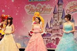 「Go!プリンセスプリキュア」の3人。左から山村、嶋村、浅野。
