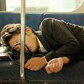 何時間眠ると幸せになれる? 睡眠時間が8時間に近づくにつれ気分上昇