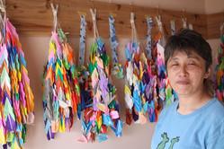 伊藤さんの孫・檀上さん。園長を務める保育園で園児らが折った鶴は、今年は2千羽になった