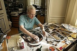 アートワークを制作するマルグレーテ二世デンマーク女王 (C)JJ Film