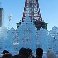 おもちゃ箱から飛び出したように、にぎやかな2丁目の大氷像「おもちゃの街」