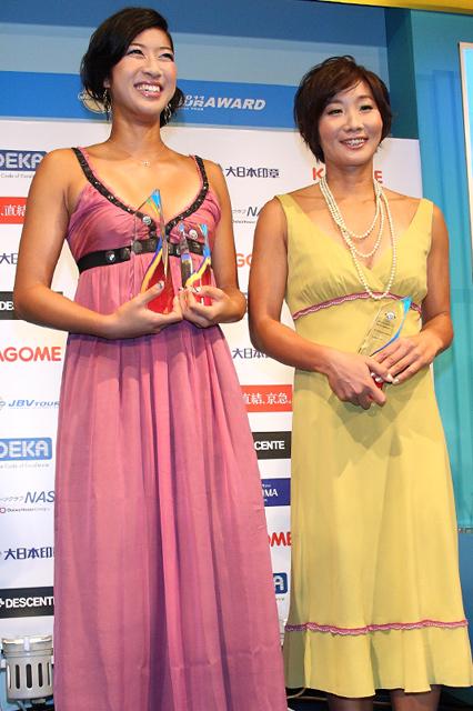 2年連続のグランドチャンピオン、田中姿子(右)溝江明香(左)。今月ロンドン五輪アジア2次予選を突破した2人の来季は、勝負の年。「最終予選から逆算して、この時期に何をしたらいいのか、何を求めるのか」と意気があがる