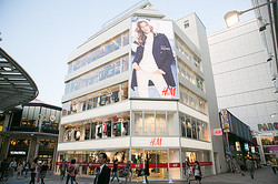上陸5周年H&M 広島路面店にカープとサンフレッチェ選手が来店