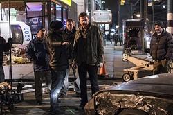 このベコベコになっているの車なんだぜ…… - 映画『ラン・オールナイト』撮影現場より  - (C) 2015 WARNER BROS. ENTERTAINMENT INC.