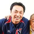 球界の大先輩、江夏豊氏に2000本安打達成を報告するヤクルト宮本。守備の人が史上最年長で達成した大記録、その原点を語る
