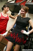 自らデザインした練習着を説明するニーナ(写真右)は「このスカート部分の模様はリングに上がったときの心臓の鼓動を表現しているわ」とアピール