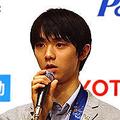 はにゅう・ゆづる●1994年、宮城県仙台市出身。2013年東北高校を卒業後、早稲田大学に進学。女子フィギュア金メダリストの荒川静香は高校・大学の先輩に当たる。同年7月より全日本空輸に所属。12年の世界選手権で銅メダルを獲得し、13年のグランプリファイナルで優勝。オリンピック初出場のソチでは、ショートプログラムで史上初の100点台をマークし、その後金メダルを獲得した。身長170cm、血液型はB型。